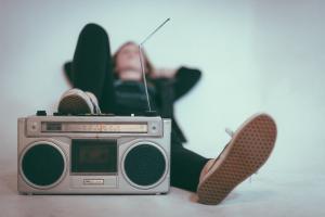 Mulher deitada com um rádio ao lado