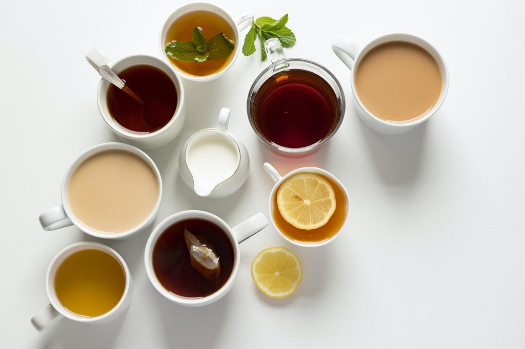 Vários tipos de chás em xícaras