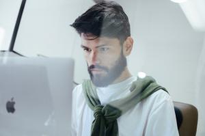 Homem estudando no computador