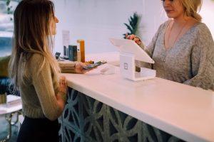 Cliente conversando com a vendedora antes de efetuar a compra.