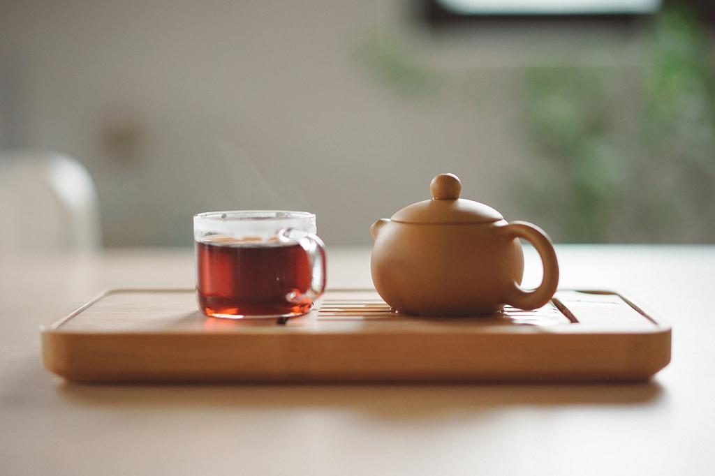 Xícara com chá e um bule