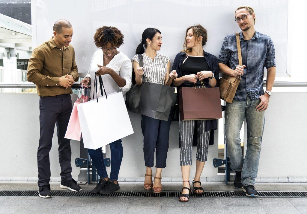 Pessoas reunidas após comprarem produtos de varejo.