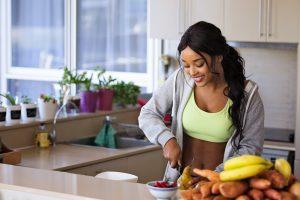 Mulher comendo frutas buscando uma mudança de estilo de vida