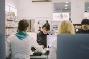 Mulher pagando a compra de produtos de varejo.