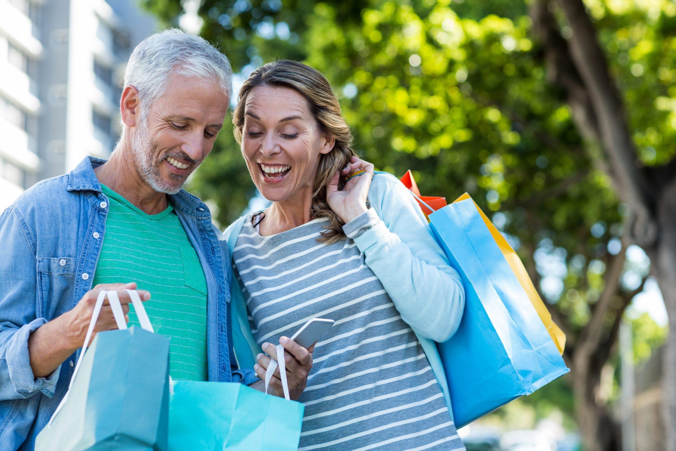 Casal fazendo compras com seus pontos do cartão.
