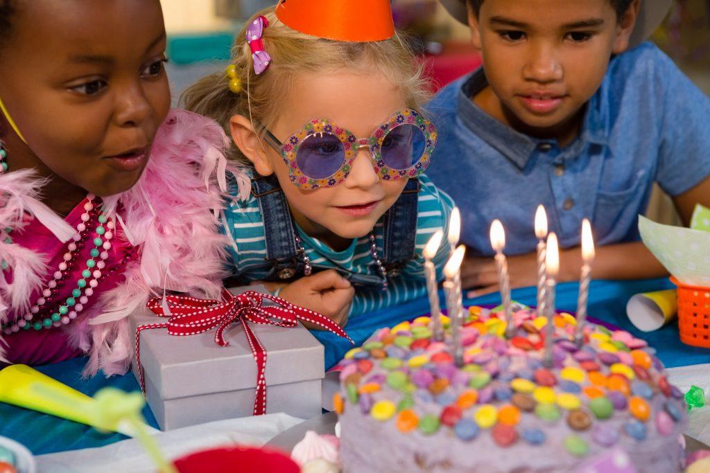 Crianças reunidas em um aniversário, aproveitando um dos melhores temas para festa infantil.