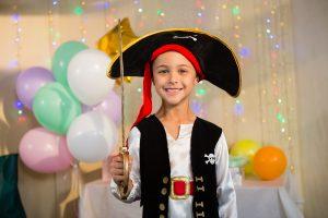 Garoto fantasiado de pirata, um dos melhores temas para festa infantil.