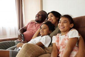 Família assistindo filmes educativos
