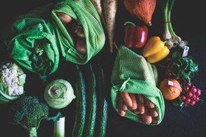sacos de mercado com verras e legumes dentro.