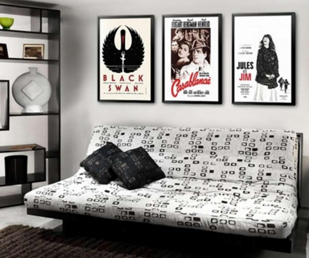 quarto decorado com pôsteres de filmes.
