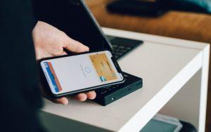 Mão segurando celular com a tela aberta na categoria resgate de pontos.