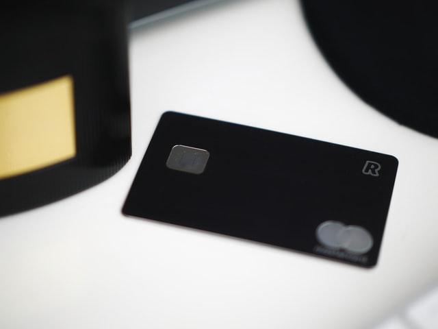 imagem de cartão de crédito da cor preta.