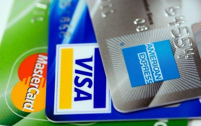 Na imagem há três cartões de crédito de empresas financeiras e de fornecimento de crédito