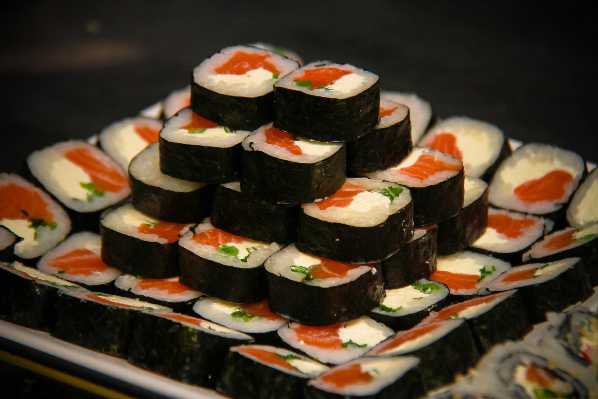 Na imagem há um prato contendo uma pirâmide de sushi.