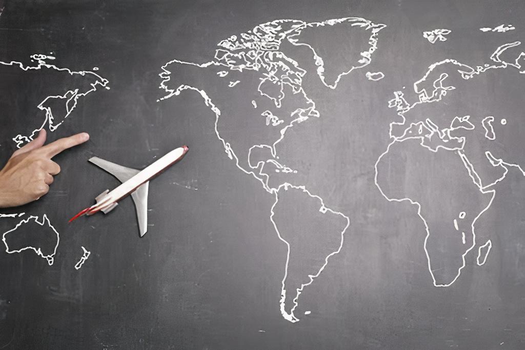 Lousa com o desenho do mapa mundial sobre a lousa, um avião de brinquedo e uma mão apontando a direção.